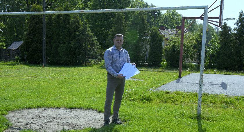 Społeczeństwo, Mieszkańcy Leopoldowa chcą boiska - zdjęcie, fotografia