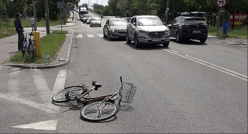 Wypadki, Wjechała rowerwem nadjeżdżający samochód - zdjęcie, fotografia