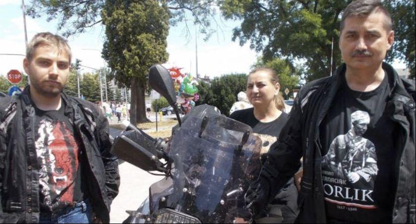 Społeczeństwo, Motocyklowa rodzina przyjechała uczcić Orlika - zdjęcie, fotografia