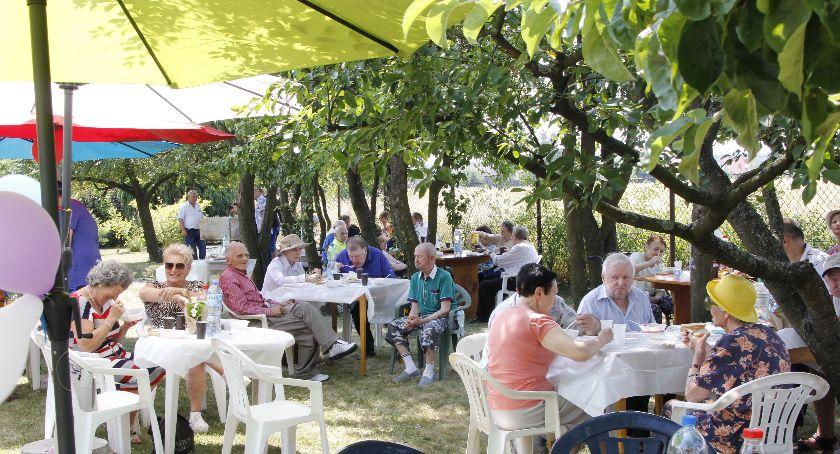 Społeczeństwo, Piknik przyjacielskiej atmosferze - zdjęcie, fotografia