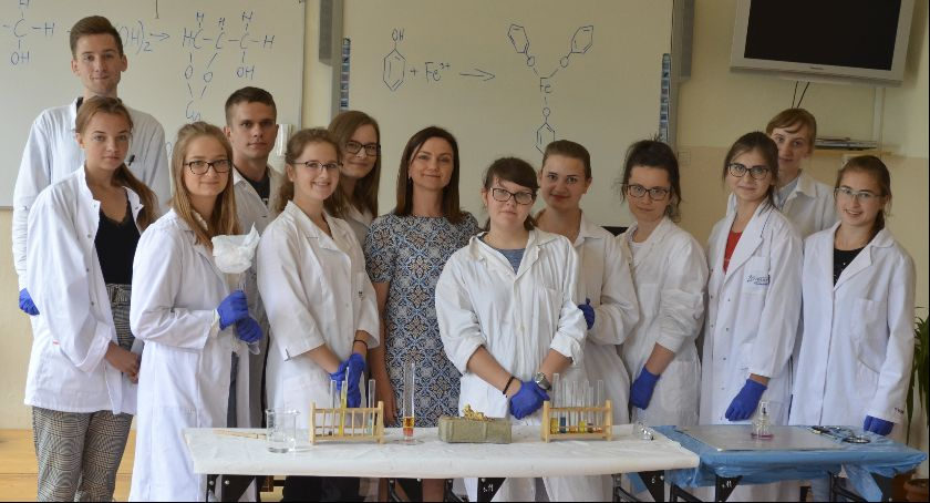 Szkoły średnie, Licealiści poszerzyli swoją wiedzę chemii - zdjęcie, fotografia