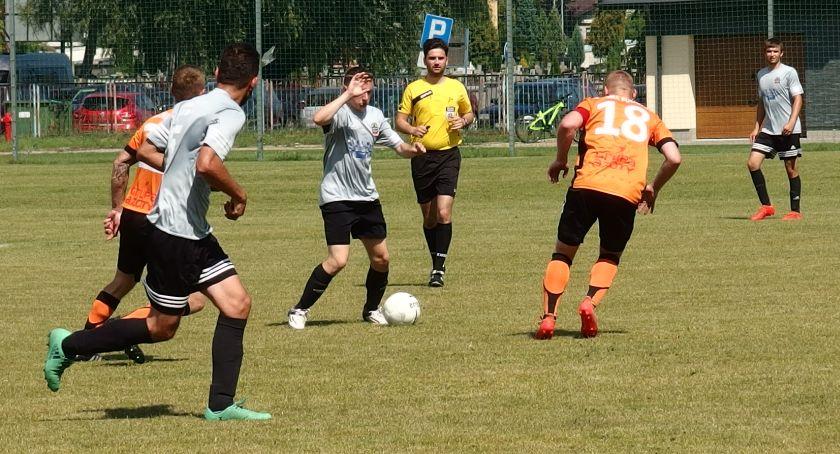 Piłka nożna, Gabaryty pokonały Górę - zdjęcie, fotografia