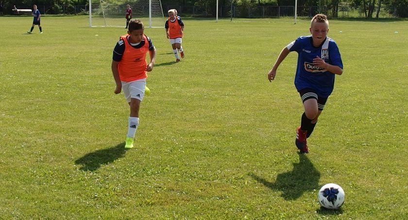 Piłka nożna, Młodzi piłkarze naszego powiatu rozpoczęli walkę ligowe punkty - zdjęcie, fotografia