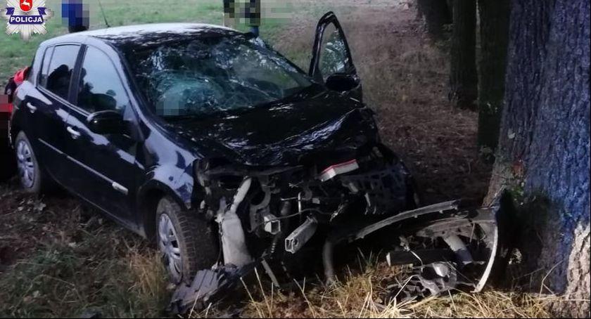 Wypadki, latka uderzyła drzewo - zdjęcie, fotografia
