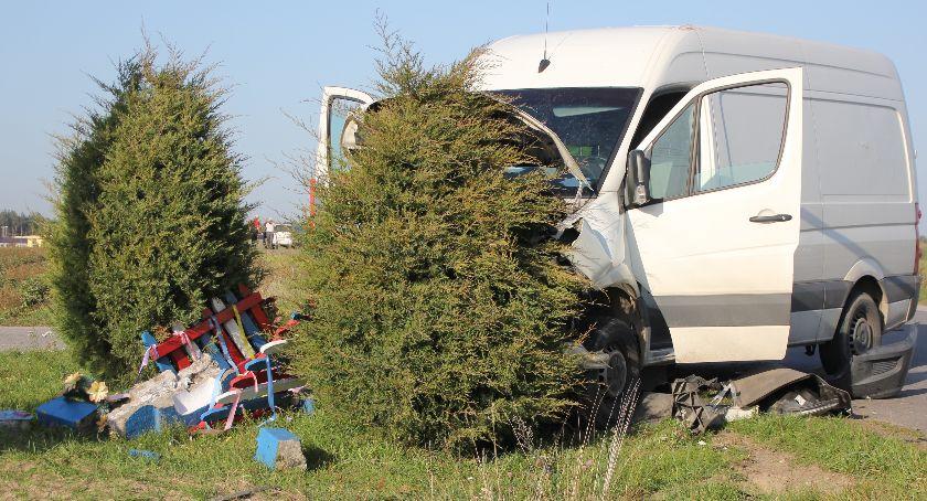 Wypadki, Grabów Dostawczy volkswagen zderzył peugeotem rozbił przydrożną kapliczkę - zdjęcie, fotografia