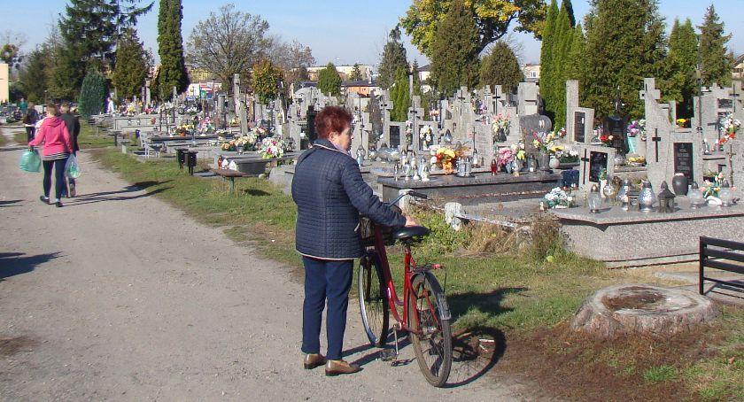 Policja, okraść odwiedzając groby bliskich - zdjęcie, fotografia