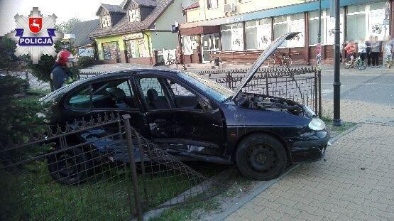 Wypadki, Wjechała ogrodzenie komisariatu - zdjęcie, fotografia