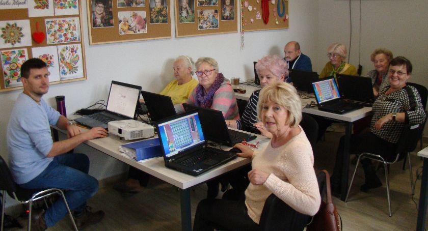Społeczeństwo, Dęblin Seniorzy uczą obsługi komputera - zdjęcie, fotografia