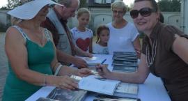 Lusia Ogińska wpisywała autografy do książek