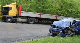 Zderzenie osobówki z ciężarówką. Jedna osoba poszkodowana