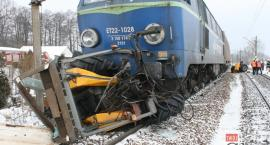 Traktor pod kołami pociągu