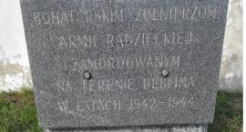 Dęblin. Obelisk upamiętniający Sowietów obok pomnika Sybiraków