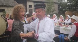 Gm. Nowodwór: Alicja Majewska tańczy i śpiewa regionalną gwarą