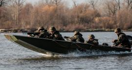 Dęblin - Terytorialsi przeprawili się przez Wisłę na łodziach saperskich