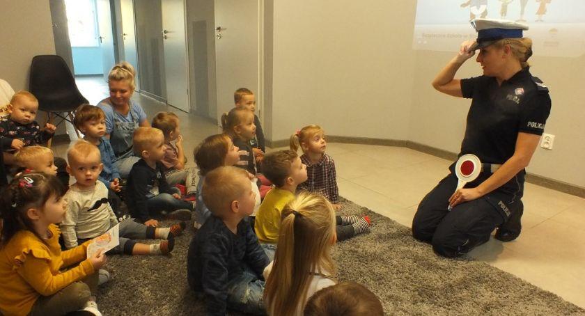 Wiadomości, Policjanci odwiedzili dzieci Niepublicznego Przedszkola Osielsku Dzieci otrzymały drobny prezent - zdjęcie, fotografia