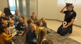 Policjanci odwiedzili dzieci z Niepublicznego Przedszkola BLU w Osielsku. Dzieci otrzymały drobny prezent