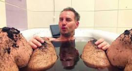 Krzysztof Gojdź z mężczyzną w wannie