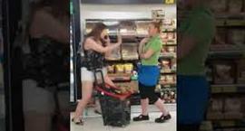 Zadyma w Biedronce. Agresywna klientka uderzyła kobietę z obsługi