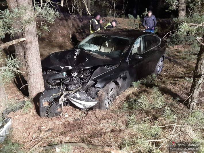 Wypadki drogowe, Samochód osobowy uderzył drzewo miejscowości Parciaki Stacja - zdjęcie, fotografia