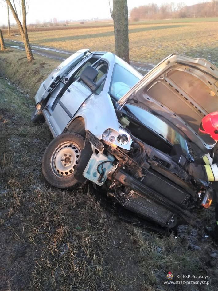 Wypadki drogowe, Kolizja samochodu osobowego miejscowości Golany - zdjęcie, fotografia
