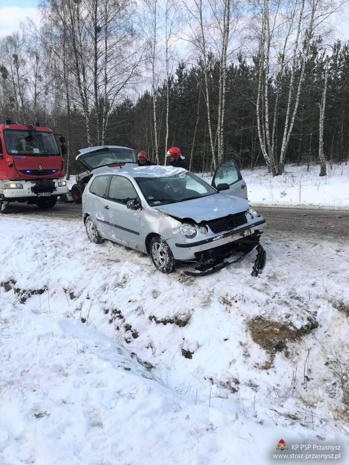 Wypadki drogowe, Uwaga – ślisko drogach! Dachowanie samochodu osobowego miejscowości Osówiec Szlachecki - zdjęcie, fotografia