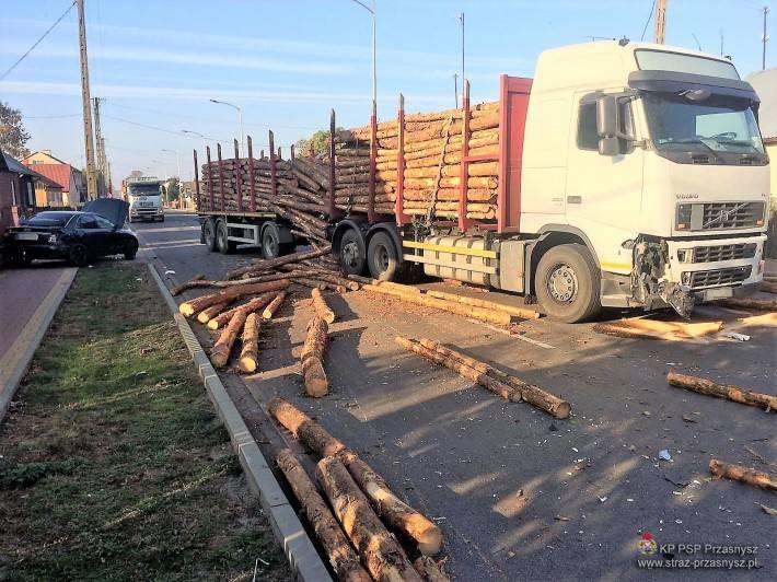 Wypadki drogowe, Kolizja samochodu ciężarowego samochodem osobowym Jednorożcu - zdjęcie, fotografia