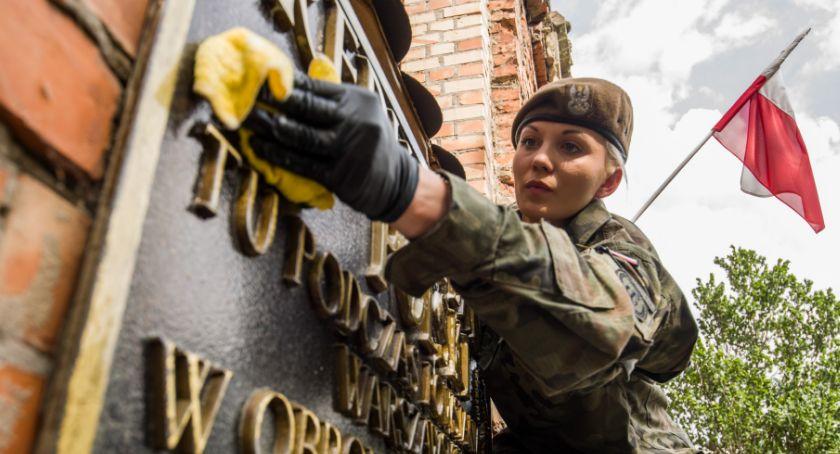 """Wojsko, """"Jak kochać strzaskanych murów"""" Terytorialsi uprzątnęli ponad miejsc pamięci - zdjęcie, fotografia"""