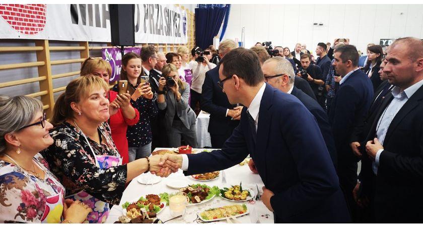 """Partie polityczne, Premier Mateusz Morawiecki promował Przasnyszu rządowy program """"Aktywny Senior [Zdjęcia] - zdjęcie, fotografia"""