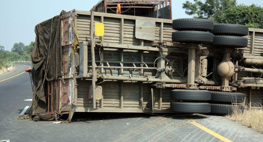 Wypadki drogowe, [AKTUALIZACJA] Wywrócił ciężarówkę naczepą Prawie cały drób uduszony - zdjęcie, fotografia