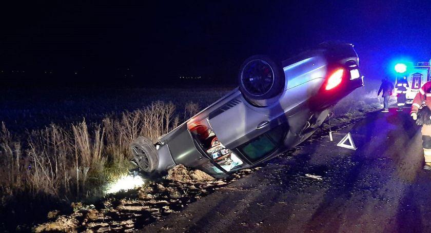 Wypadki drogowe, [AKTUALIZACJA] Kolejne dachowanie osobówki razem gminie Krasne - zdjęcie, fotografia
