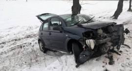 Uwaga – ślisko na drogach! Samochód osobowy uderzył w drzewo w miejscowości Cichowo
