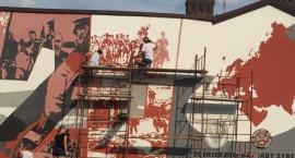 Mural w Chorzelach pięknieje! Trwają prace odnowieniowe.