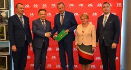 Nowe boisko w Przasnyszu i remonty obiektów sportowych w gminach. Podpisano umowy