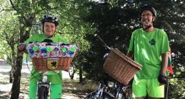 1400 km na rowerze dla Nadii. Małżeństwo na nocleg zatrzyma się w Przasnyszu.
