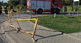 Zderzenie osobówki z barierkami ochronnymi. Kto posprząta po kolizji?