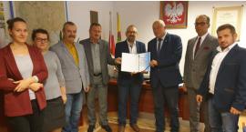 Powiat wesprze budowę boiska w Krzynowłodze Małej i zakup rezonansu magnetycznego.