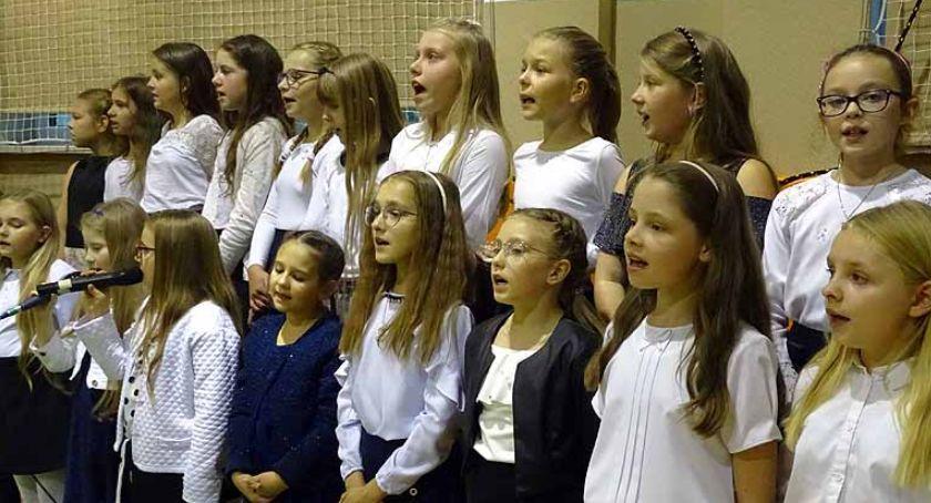 Szkoły podstawowe, Borkowo Wieczornica papieża pełna muzyki poezji - zdjęcie, fotografia
