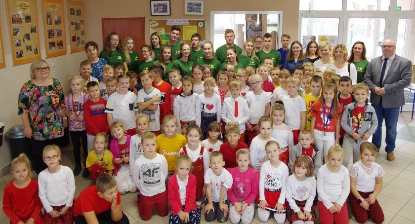 Szkoły średnie, Uczniowie Sierakowicach dzielili wiedzą doświadczeniem młodszymi kolegami - zdjęcie, fotografia