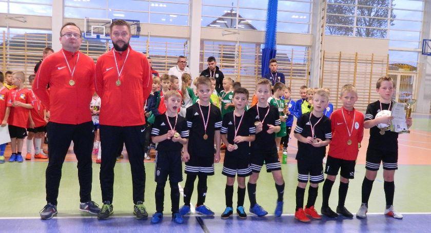 Piłka nożna, Piłkarze Olimpii Osowa zwycięzcami turnieju inaugurującego Somonino - zdjęcie, fotografia