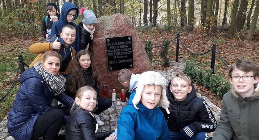 Szkoły podstawowe, Uczniowie nauczyciele Borkowa pielęgnują pamięć ofiarach niemieckich mordów - zdjęcie, fotografia