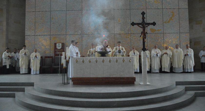 Religia, Poświęcenie ołtarza kościoła Marcina Sierakowicach - zdjęcie, fotografia