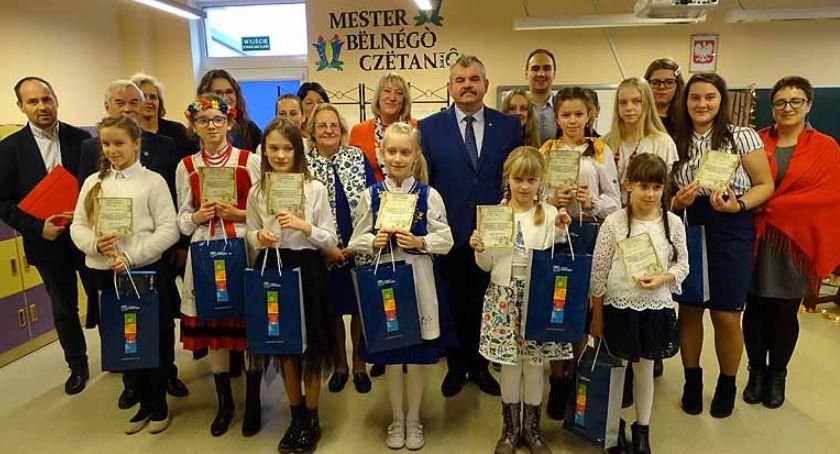 Kaszubszczyzna, Glincz Uczniowie dorośli walczyli miano Mistrza Pięknego Czytania Kaszubsku - zdjęcie, fotografia