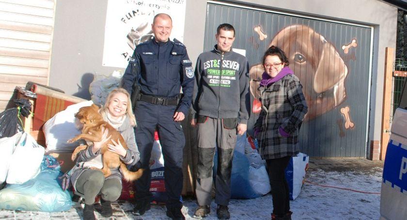 Akcje społeczne i charytatywne, Kartuscy policjanci pomogli czworonogom schroniska Kościerzynie - zdjęcie, fotografia