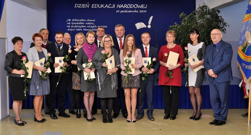 Szkoły podstawowe, Kartuzy Nauczyciele dyrektorzy nagrodzeni okazji Edukacji Narodowej - zdjęcie, fotografia