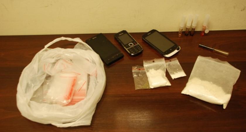 Kronika policyjna, Miał sobie znaczną ilość narkotyków Policjanci sprawdzają dilerem - zdjęcie, fotografia