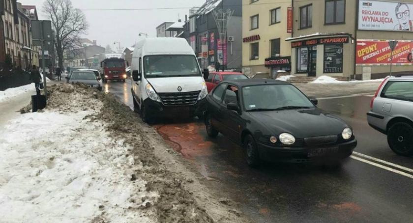 Wypadki, Sierakowice Renault uderzyło toyoty - zdjęcie, fotografia