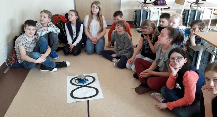 Szkoły podstawowe, Zabawa robotyką Szkole Podstawowej Baninie - zdjęcie, fotografia