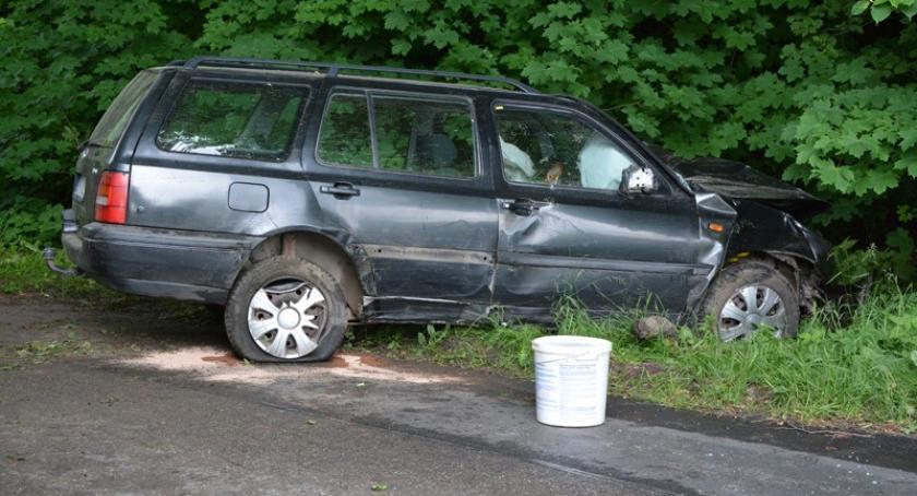 Wypadki, Przodkowo uderzył drzewo ranny kierowca - zdjęcie, fotografia