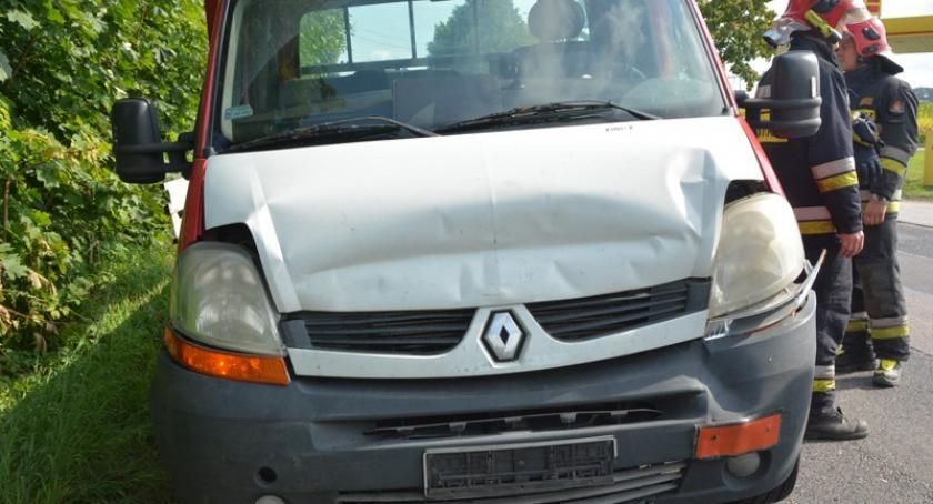 Wypadki, Łapalice Dostawcze renault najechało - zdjęcie, fotografia