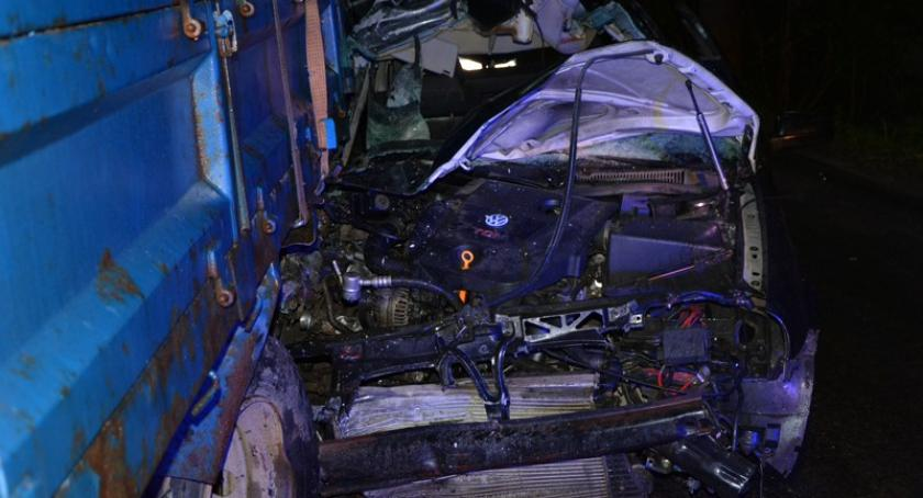 Wypadki, Golfem dostawczego volkswagena ciężarówkę latek ciężkim stanie - zdjęcie, fotografia
